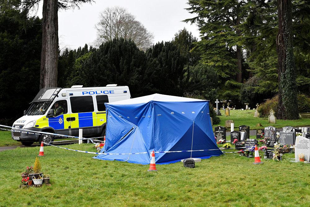 الشرطة قرب ضريح ابن سيرغي سكريبال ألكسندر، في ساليسبري ، المملكة المتحدة