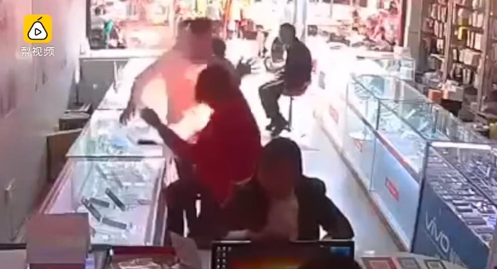 بالفيديو... انفجار هاتف على بعد سنتيمترات من وجه المستخدم