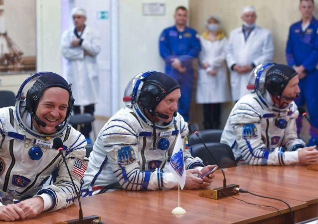 رائد فضاء روسكوسموس الروسي أوليغ أرتيوموف ورائدا فضاء لوكالة ناسا ريتشارد أرنولد وأندريو فويستل