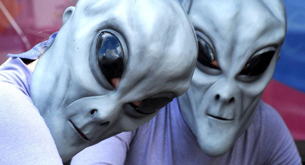 أشخاص متنكرون في صورة كائنات فضائية