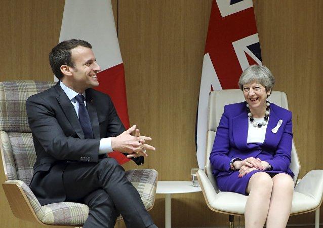 رئيسة الوزراء البريطانية تيريزا ماي مع الرئيس الفرنسي إيمانويل ماكرون