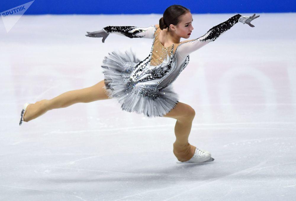 الروسية ألينا زاغيتوفا أثناء الأداء على الجليد في إطار بطولة العالم للتزلج الفني على الجليد في ميلانو، إيطاليا