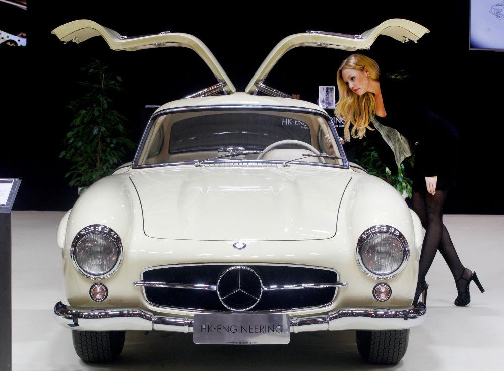 مضيفة تقف بجوار سيارة مرسيدس-بنز Mercedes-Benz 300 SL Coupe موديل عام 1956، خلال معرض السيارات الكلاسيكية في إسين، ألمانيا الغربية 21 مارس/ آذار 2018