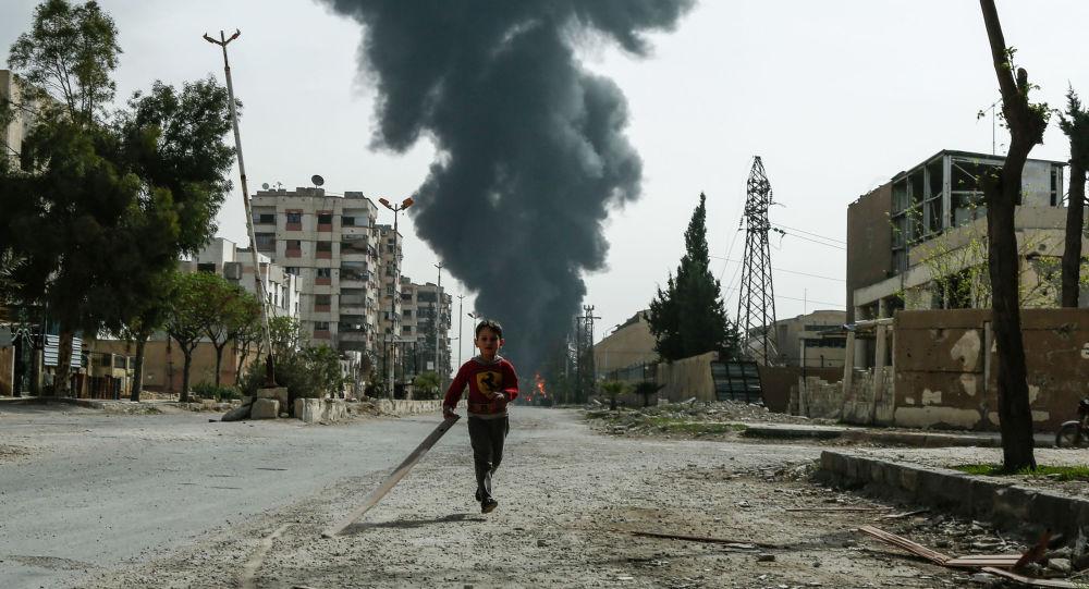 طفل يركض في أحد شوارع دوما، الغوطة الشرقية، سوريا 20 مارس/ آذا 2018