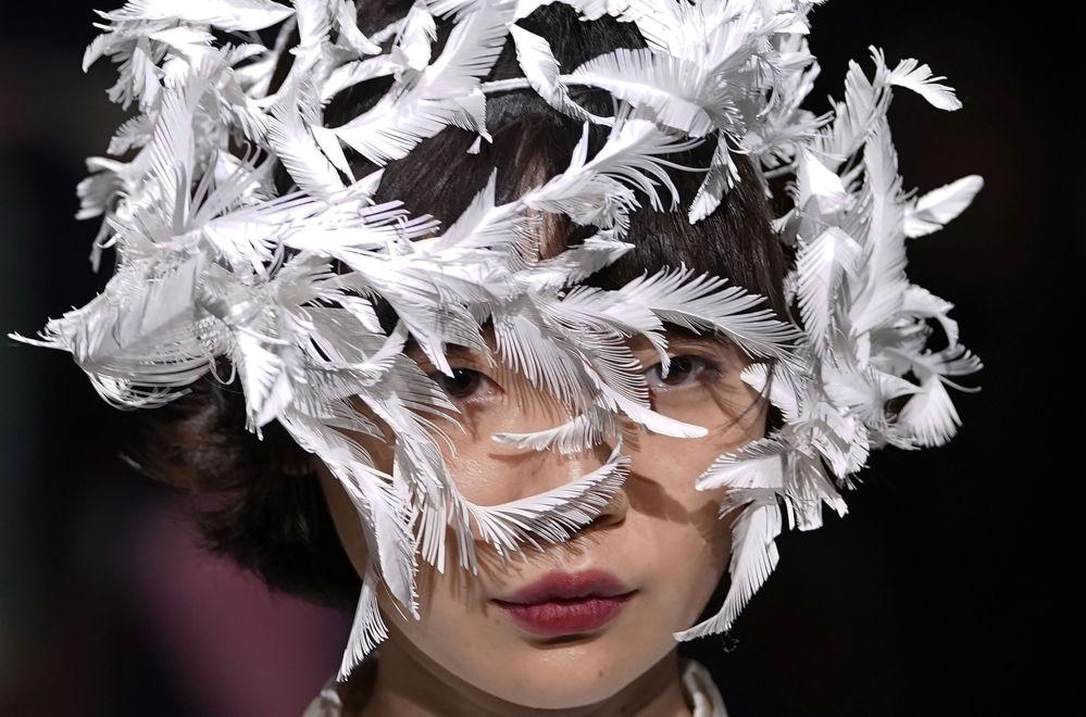 عارضة أزياء تقدم زيا للمصم أوهالو أندو في إطار أسبوع الموضة في طوكيو، اليابان 20 مارس/ آذار 2018