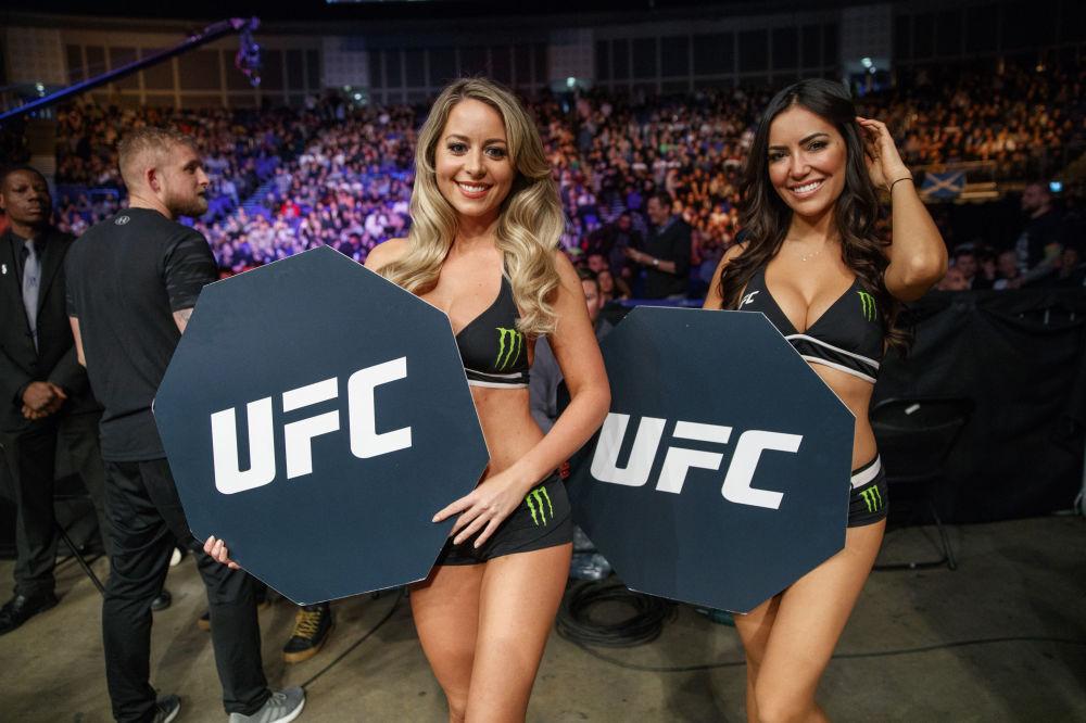 بطولة القتال في نهاية المطاف يلتقطن صورة فوتوغرافية أثناء بطولة المصارعة (UFC ) في لندن في 17 مارس/ آذار 2018