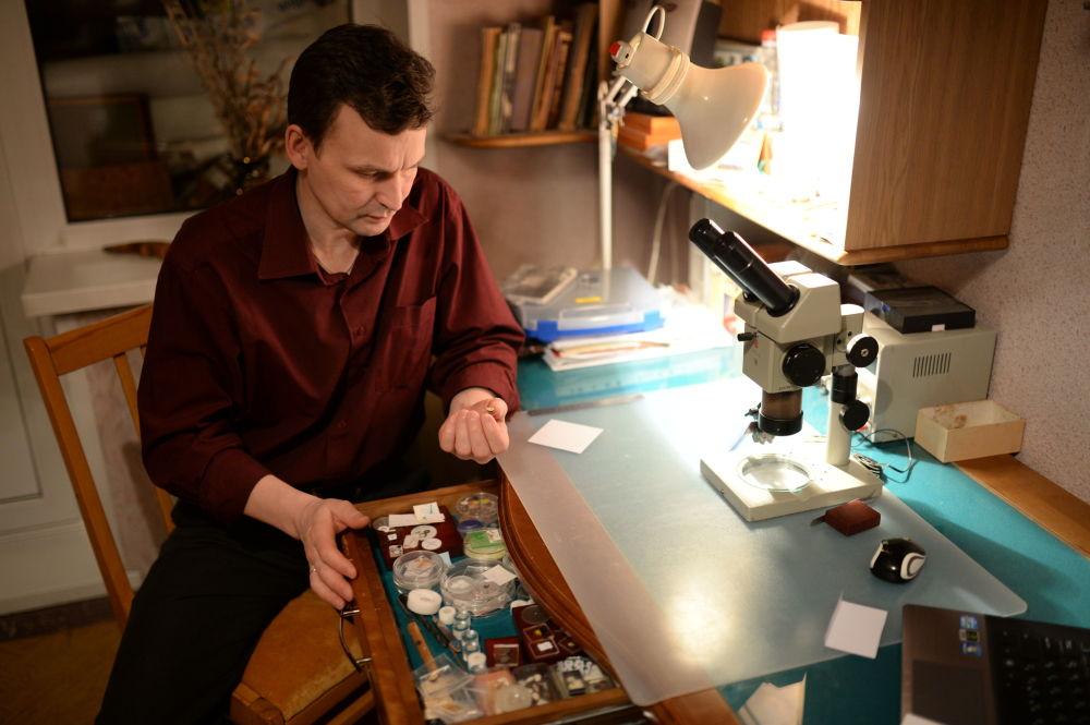 رسام الفن الدقيق الروسي فلاديمير أنيسكين أثناء العمل في مكتبه