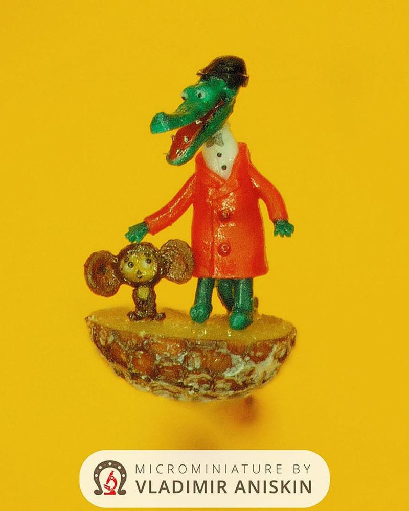 من أعمال رسام الفن الدقيق الروسي فلاديمير أنيسكين - شخصيتان من روسم متحركة التمساح غينا وتشيبوراسكا، المنحوتتان على نصف بذرة الخشخاش