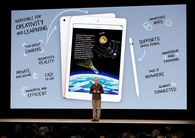 شركة أبل الأمريكية تعلن عن طرح آيباد 6 في مدرسة في شيكاغو في 27 مارس/آذار 2018