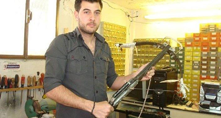 مهندس سوري شاب يصنع بندقية كهرومغناطيسية