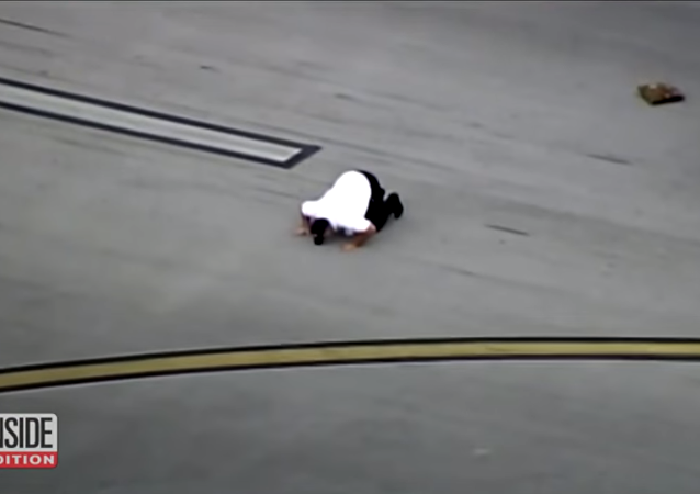 كابتن طائرة يقبل الأرض بعد هبوط اضطراري خطر