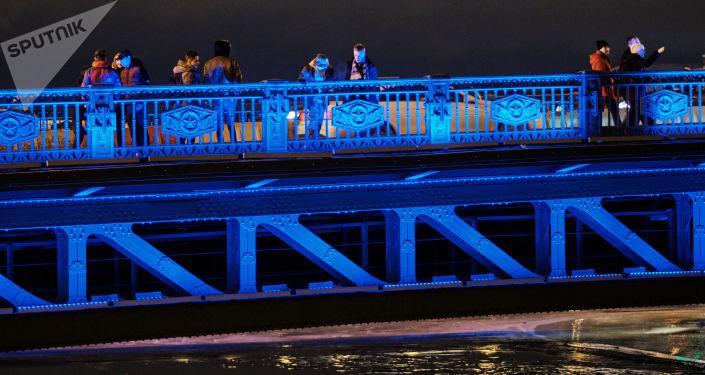 إنارة جسر دفورتسوفي في مدينة سان بطرسبورغ بإضاءة زرقاء في إطار فعاليات اليوم الدولي لمرض التوحد (Light It Up Blue)