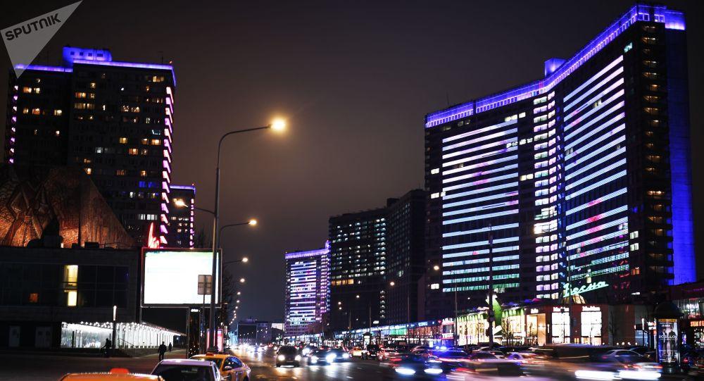 إنارة مباني حي نوفي أربات بإضاءة زرقاء في إطار فعاليات اليوم الدولي لمرض التوحد (Light It Up Blue)  في موسكو