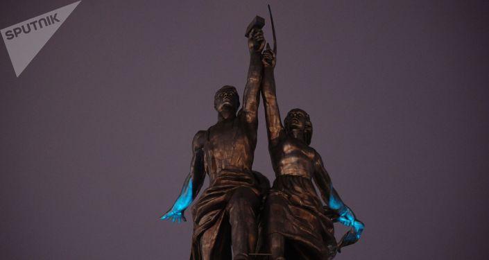 إنارة تمثال العامل والفلاحة في موسكو بإضاءة زرقاء في إطار فعاليات اليوم الدولي لمرض التوحد (Light It Up Blue)
