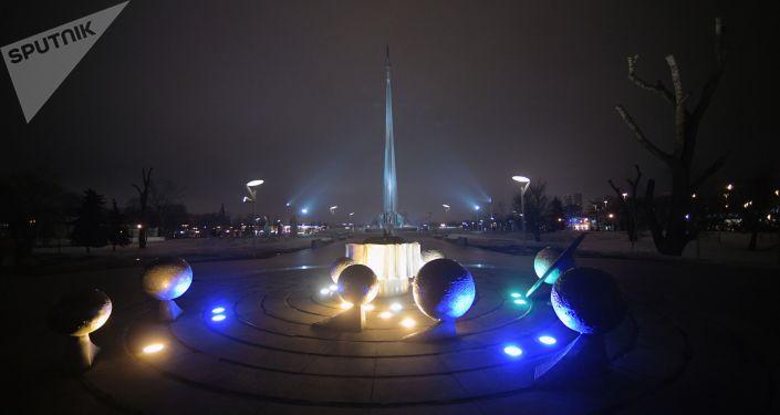 إنارة تمثال المجموعة الشمسية في موسكو بإضاءة زرقاء في إطار فعاليات اليوم الدولي لمرض التوحد (Light It Up Blue)