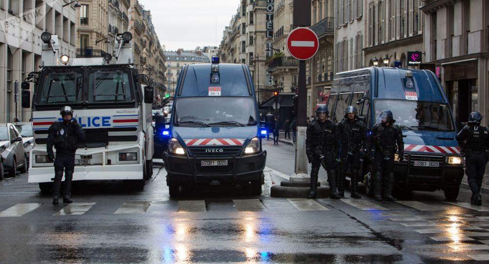 الشرطة الفرنسية خلال المظاهرات والإضراب العام  الذي شارك فيها المحتجين من عمال السكك الحديدية في باريس، فرنسا 3 أبريل/ نيسان 2018