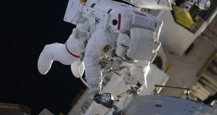 خروج رائدا فضاء ناسا الأمريكيان ريتشارد أرنولد وإندريو فيستيل إلى الفضاء الخارجي لتغيير هوائيات المركبة القديمة وتثبيت أخرى جديدة