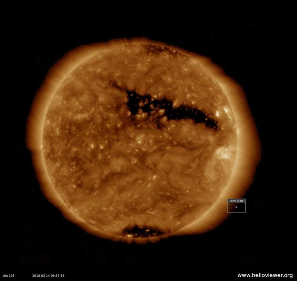 خلال الأسبوع الماضي، ظهور ثقب إكليلي على سطح الشمس، يبلغ طوله أكثر من نصف قطر الشمس (13-15 كارس/ آذار 2018)