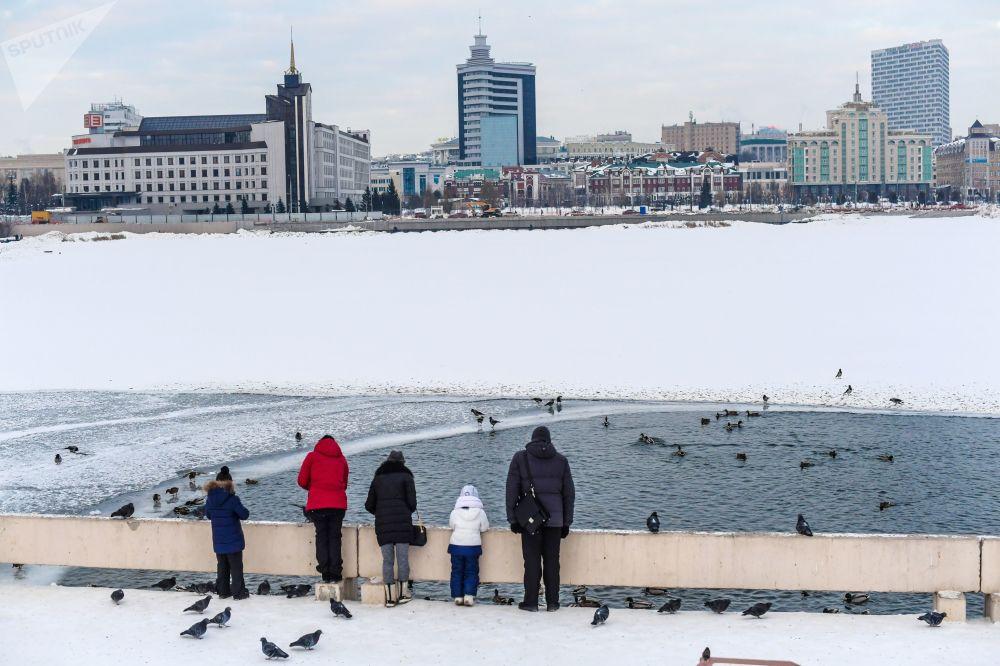 أشخاص يقفون على ضفة نهر في قازان