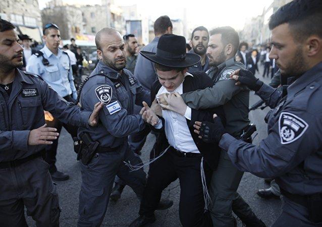 الشرطة الإسرائيلية تحتجز يهوديا متطرفا خلال احتجاج ضد الجيش الإسرائيلي، في وسط القدس، في 3 أبريل/نيسان 2017