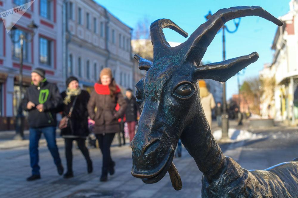 تمثال فيسيولايا كوزا (الماعز السعيدة) في مدينة نيجني نوفوغورود