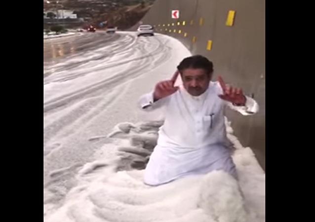شاهد ما فعله يمني لحظة تساقط الثلوج في السعودية