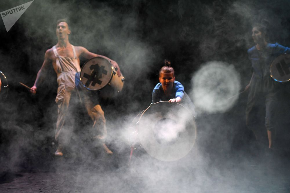 ممثلو السيرك أوبسالا أثناء الأداء على المسرح تأثير الكرة بينغ بونغ في المتحف اليهودي ومركز التسامح