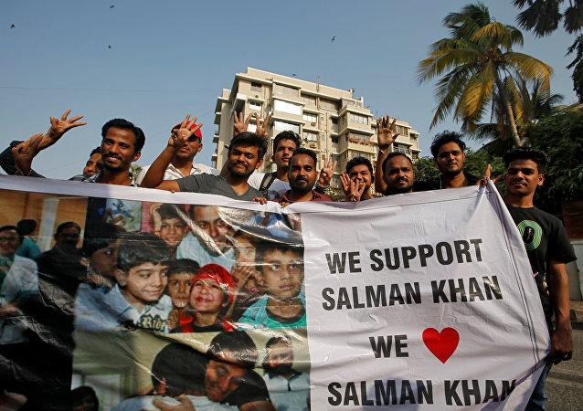 معجبون للممثل البوليوودي الهندي سلمان خان يحملون لافتة خارج منزله، بعد أن أصدرت محكمة في جودبور حكما بالإفراج عنه مع دفع كفالة، في مومباي 7 نيسان/أبريل 2018