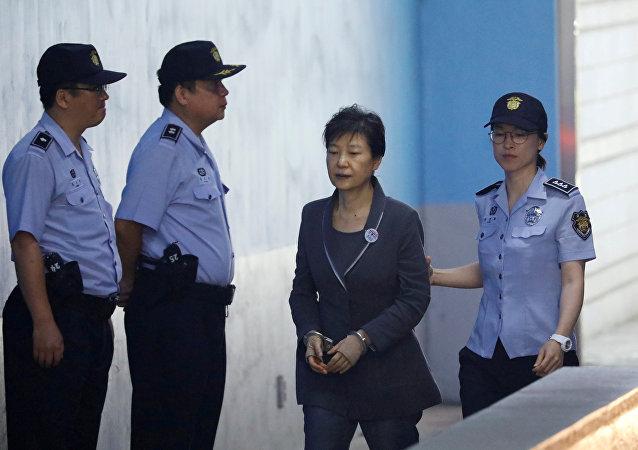 رئيسة كوريا الجنوبية السابقة بعد الحكم عليها بالسجن 24 عاما