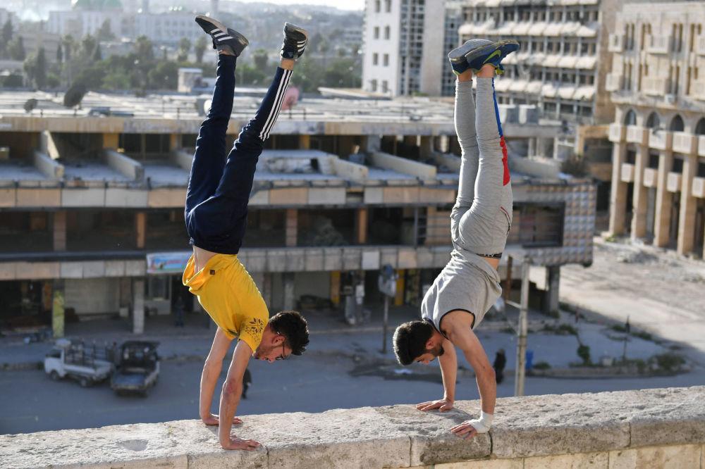 شبان سوريون يمارسون رياضة الـ باركور في مدينة حلب، سوريا 7 أبريل/ نيسان 2018