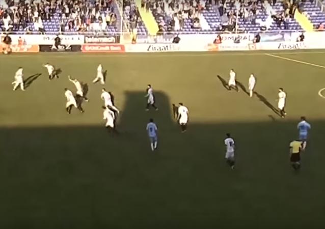 حارس مرمى يسجل هدف مذهل من منتصف الملعب