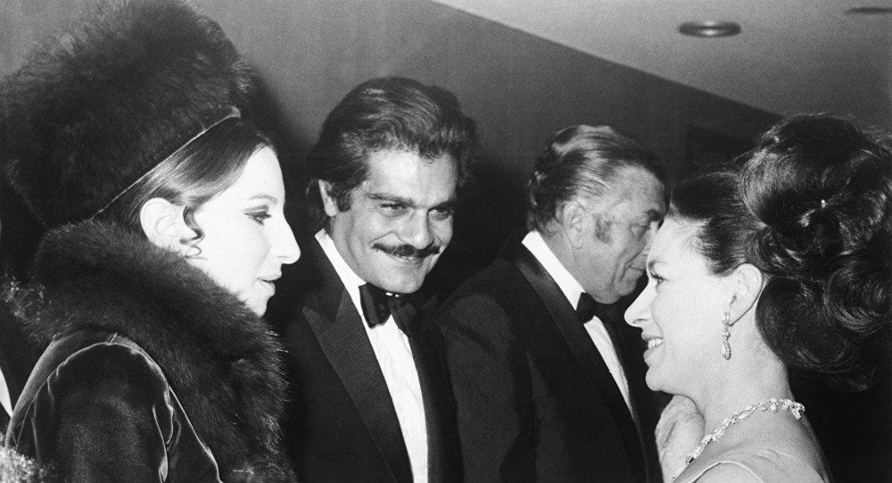 الممثل المصري العالمي عمر الشريف مع الممثلة والمطربة الأمريكية باربرا سترايساند