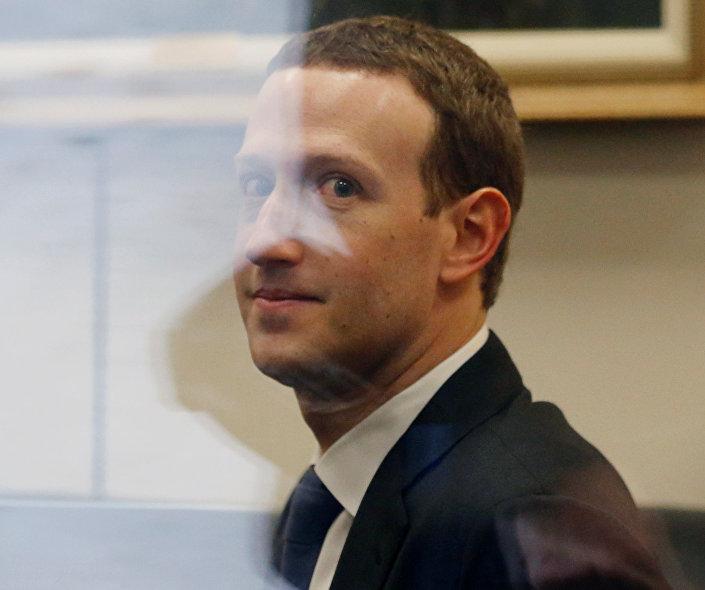 الرئيس التنفيذي لشركة فيسبوك مارك زوكربرغ في انتظار لقاء السيناتور نيلسون في الكابيتول هيل في العاصمة الأمريكية واشنطن، الثلاثاء 10 نيسان/أبريل 2018