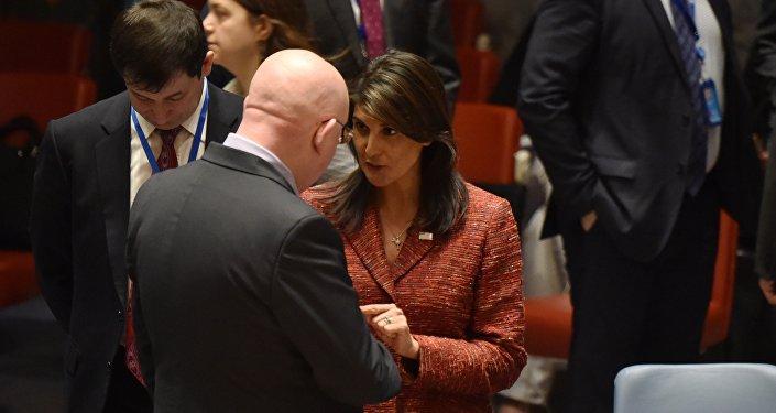 مندوب روسيا الدائم إلى الأمم المتحدة فاسيلي نيبينزيا ومندوبة الولايات المتحدة نيكي هيلي