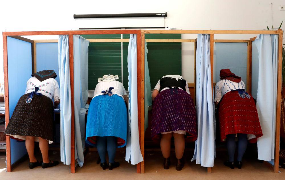النساء المجريات يرتدين الأزياء التقليدية خلال مشاركتهم في التصويت خلال الانتخابات البرلمانية المجرية، المجر 8 أبريل/ نيسان 2018