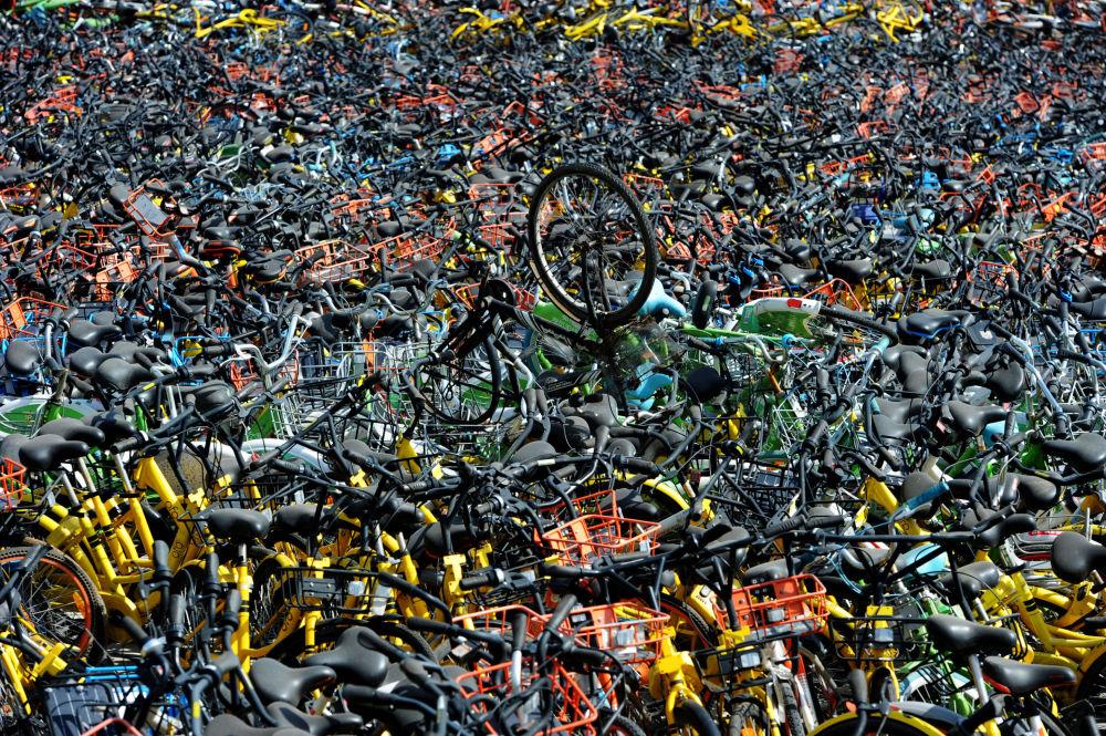 دراجات هوائية في محل خدمات توفير الدراجات (bike-sharing) في مدينة ووهان ، الصين 7 أبريل/ نيسان 2018