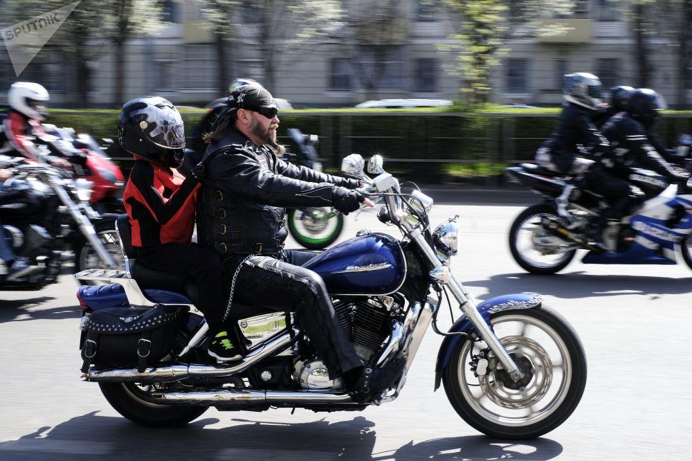 سائقو الدراجات النارية يشاركون في سباق بمناسبة افتتاح موسم موتو-2018 في كراسنودار