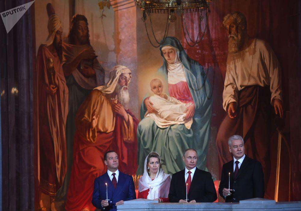 الاحتفال بعيد الفصح في كتدرائية المسيح المخلص - الرئيس فلاديمير بوتين، ورئيس الوزراء دميتري مدفيديف وزوجته سفيتلانا مدفيديفا، وعمدة مدينة موسكو سيرغي سوبيانين