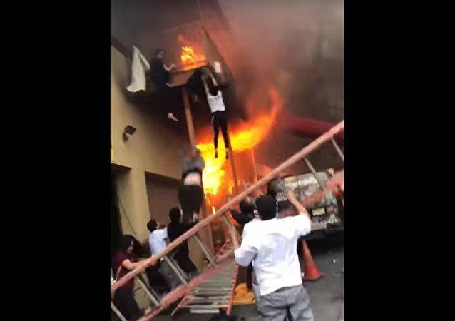 فتيات تقفزن من الطابق الثاني من استوديو للرقص في ولاية نيوجيرسي الأمريكية بعد اندلاع حريق فيه