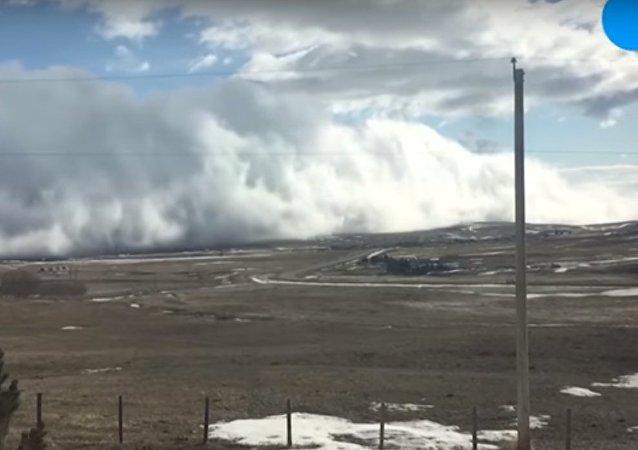 تدحرج سحابة على الأرض في كندا