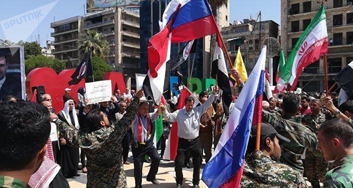 أهالي حلب يتجمعون في ساحة المدينة تنديداً بالعدوان الثلاثي على سورية