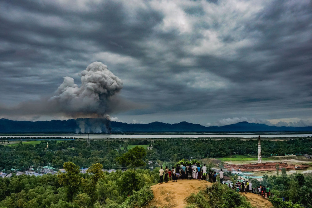 مسابقة صور الصحافة العالمية لعام 2018 - صورة بعنوان شاهد المنازل المحترقة للمصور ماسفيكار سوهان من بنغلادش، الفائزة بالمرتبة الثالثة في فئة التصوير أخبار عامة