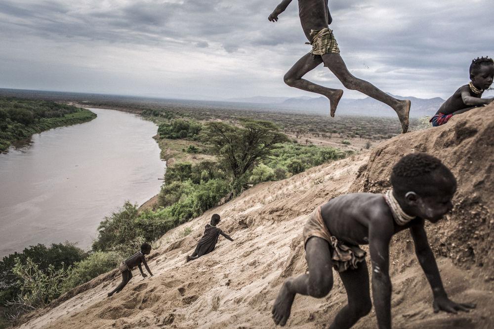 مسابقة صور الصحافة العالمية لعام 2018 - صورة بعنوان تغيير أومو للمصور فاوستو بودافيني من إيطاليا، الفائزة بالمرتبة الثانية في فئة التصوير مشاريع طويلة الأمد