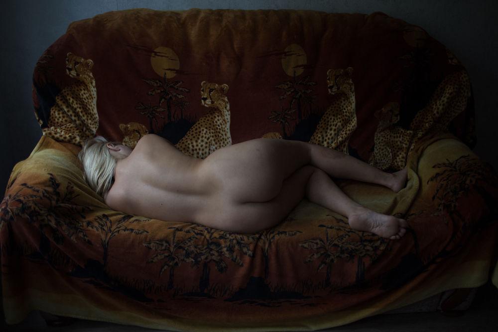 مسابقة صور الصحافة العالمية لعام 2018 - صورة بعنوان الفتيات للمصورة تاتيانا فينوغرادوفا من روسيا، الفائزة بالمرتبة الثالثة في فئة التصوير الأشخاص صورة لإحدى فتيات الليل في شقتها في سان بطرسبورغ