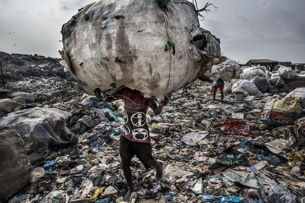 مسابقة صورة الصحافة العالمية لعام 2018 - صورة بعنوان أرض الخراب للمصور كادر فان لوهويزن من هولندا، الفائزة بالمرتبة الأولى في فئة التصوير أخبار البيئة
