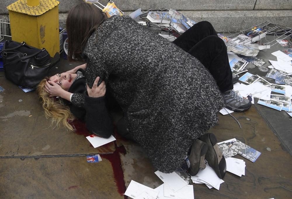 مسابقة صور الصحافة العالمية لعام 2018 - صورة بعنوان شهود على ما بعد الهجوم في قلب لندن للمصور توبي ميلفيل من بريطانيا، الفائزة بالمرتبة الثانية في فئة التصوير أخبار الحدث