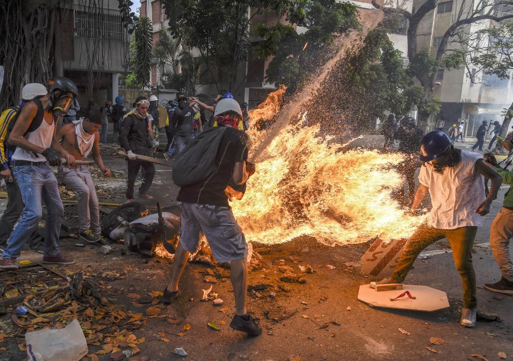 مسابقة صور الصحافة العالمية لعام 2018 - صورة بعنوان متظاهر يمسك بالنار، للمصور جوان باريتو من فنزويلا، الفائزة بالمرتبة الثالثة في فئة أخبار الحدث