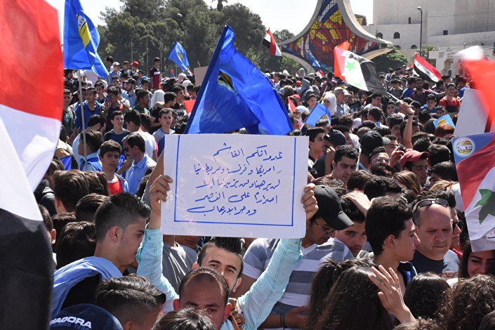 آلاف الشباب يتظاهرون في ساحة الأمويين بدمشق ضد الهجوم الثلاثي على سوريا