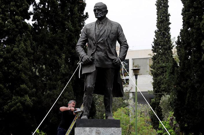 متظاهرون يونانيون يحاولون اسقاط تمثال للرئيس الأمريكي الأسبق ترومان