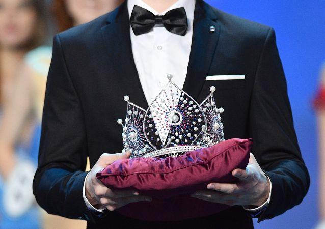 تاج ملكة جمال روسيا في حفل توزيع الجوائز للمرشحين النهائيين لمسابقة ملكة جمال روسيا 2018 في قاعة الحفلة بارفيخا